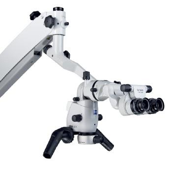 Pod mikroskopem ošetřuje i dentální hygienistka